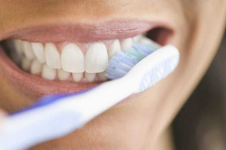 escovar os dentes